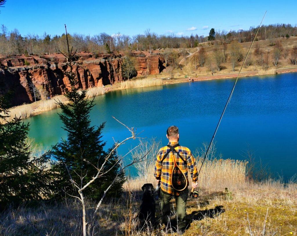 Storfiskarn på väg ner mot dammen i stenbrottet
