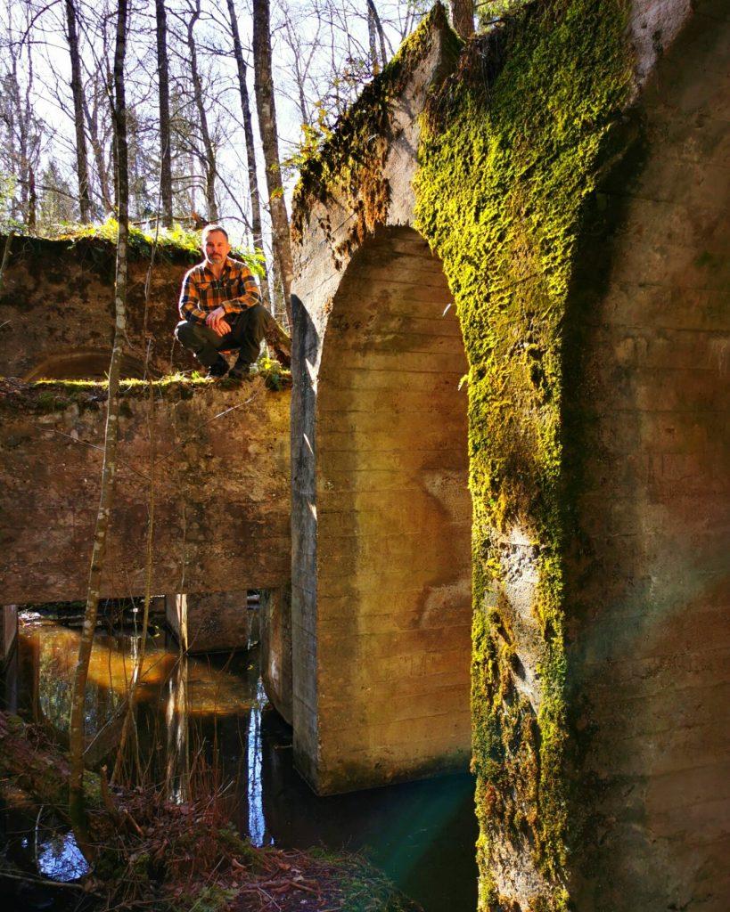 Min sambo inne bland ruinerna i oljekoken, Gössäter