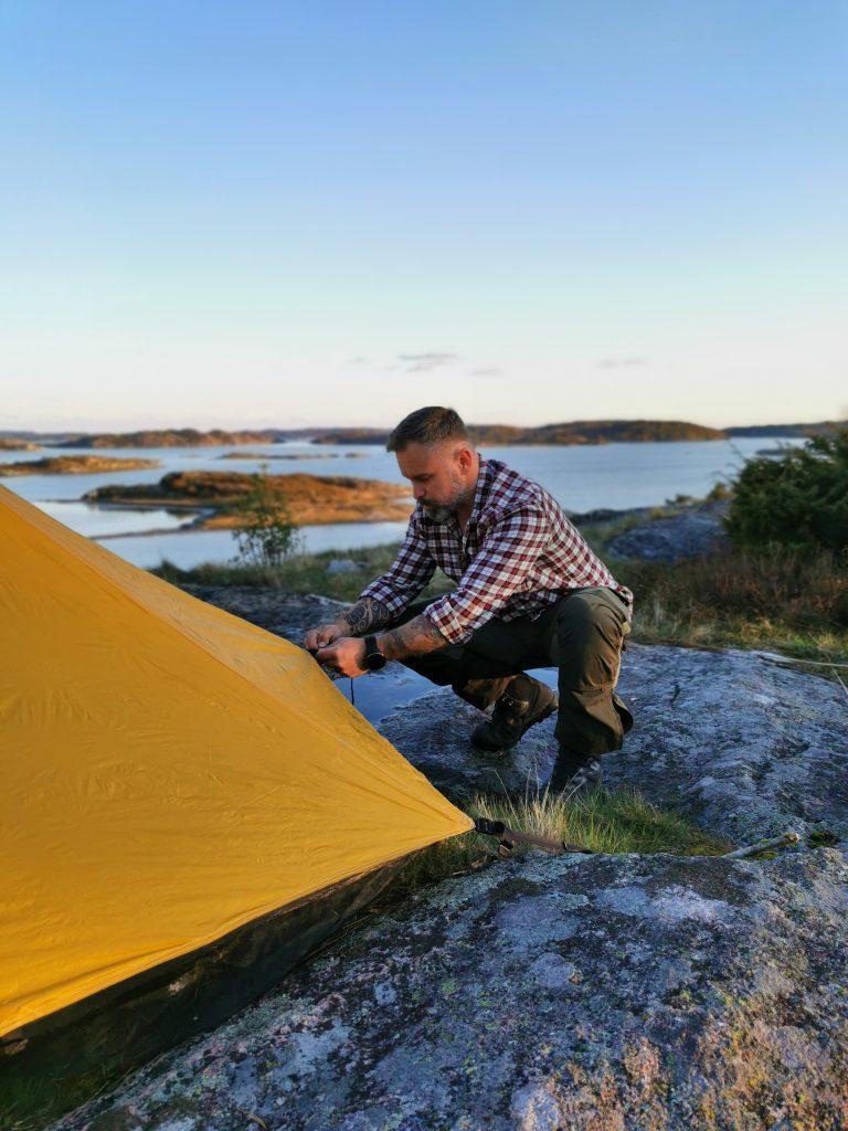 Några pinnar och stenar var allt vi behövde för att få upp tältet
