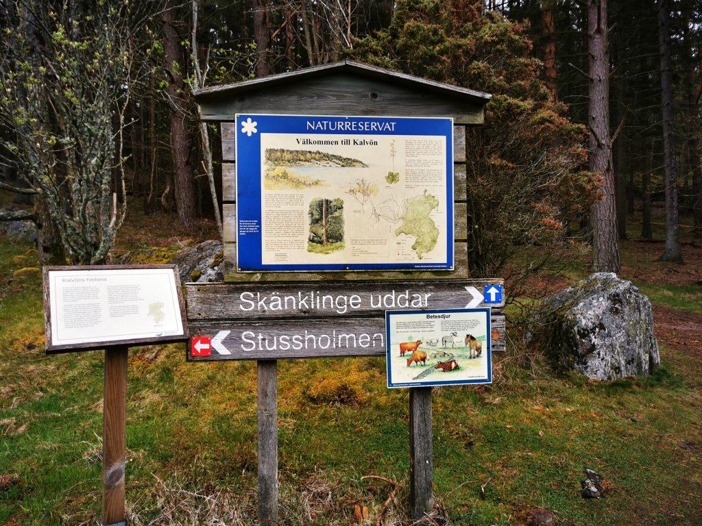Stigarna på Kalvön är markerade och skyltade