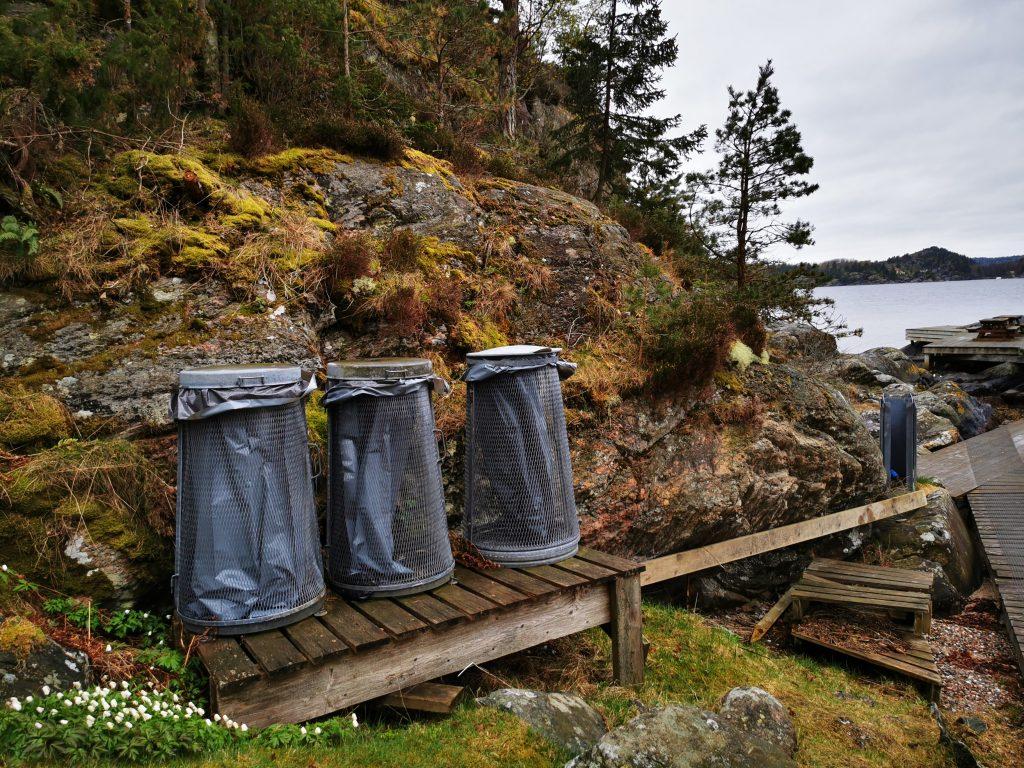 Soptunnorna bredvid bryggan, Scoutängen på Kalvön
