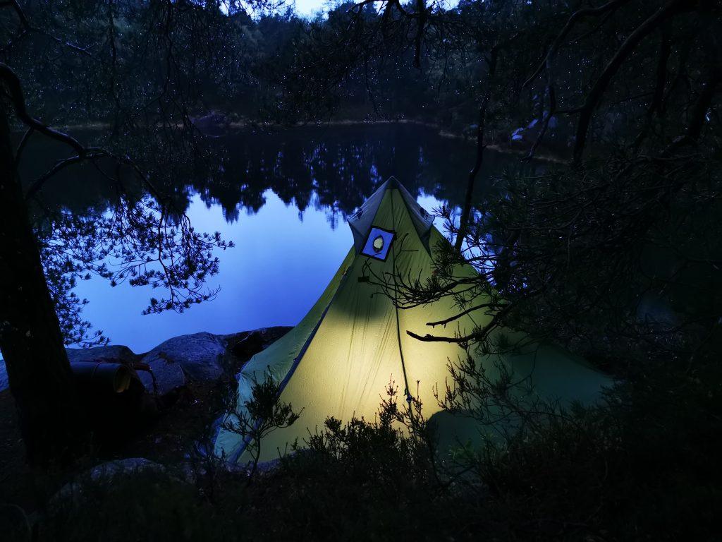 Tältet kom upp - och på den tänkta platsen dessutom - klart för utenatt