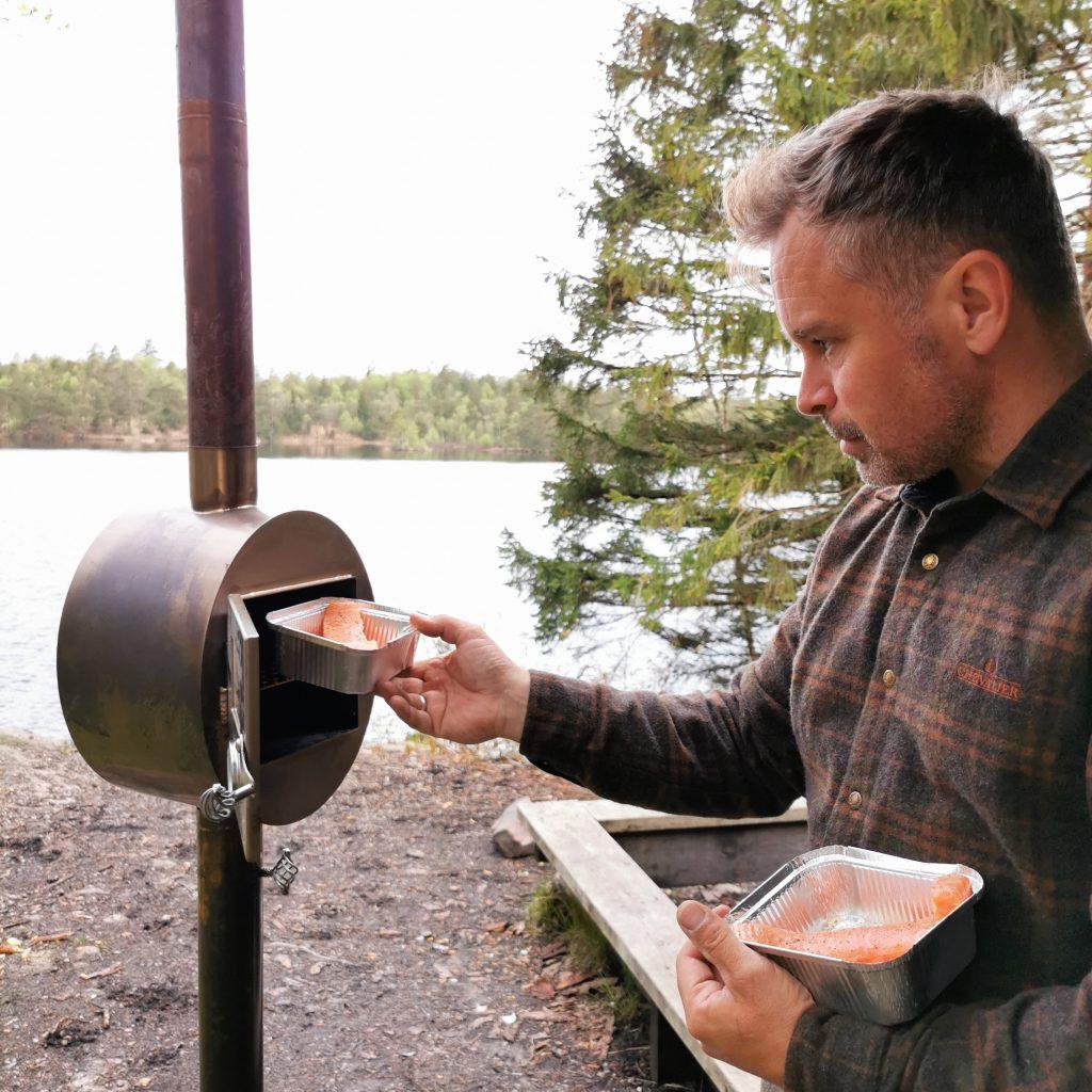 Lars ställer in fisken i ugnen - det blir grunden till en supergod utemiddag