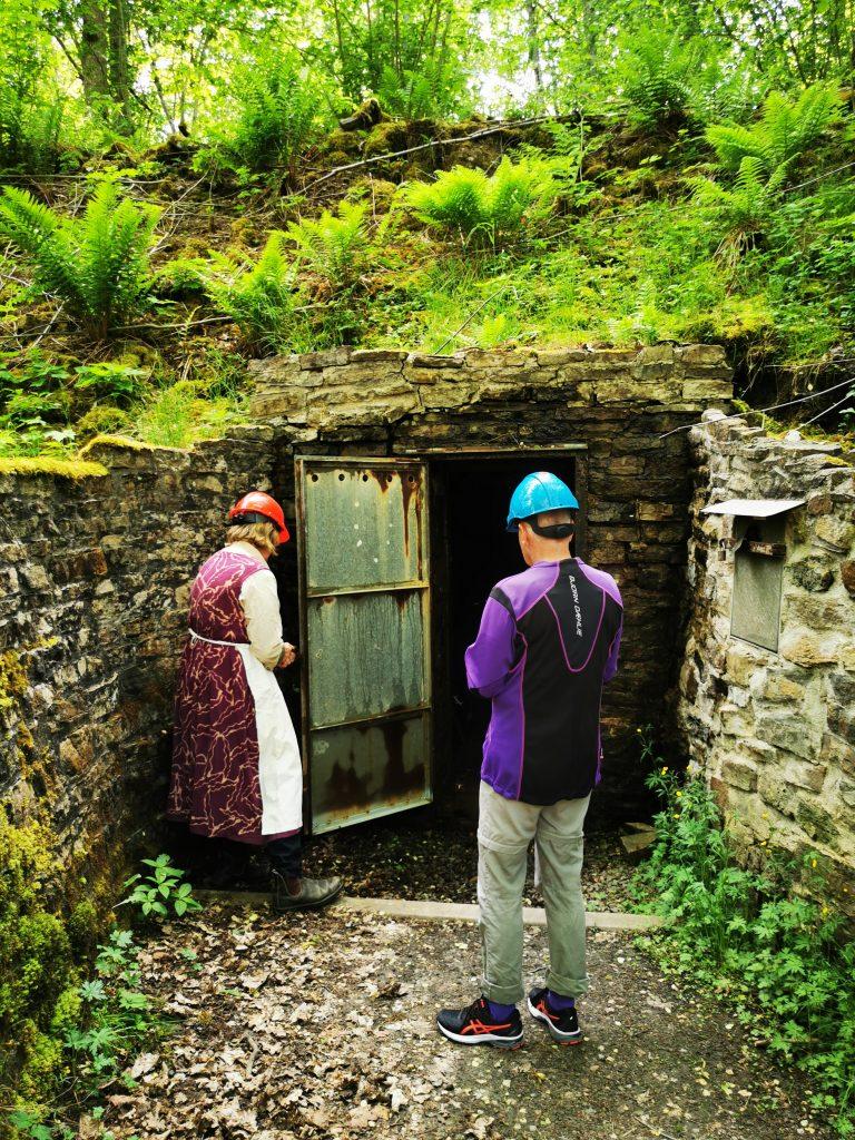 Pia öppnar ingången till Qvarnstensgruvan