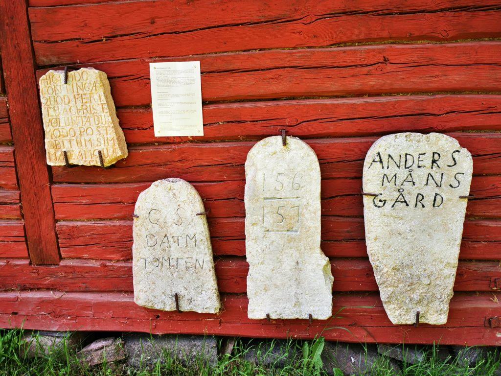 Några stenar på väggen till Persgården i Karleby