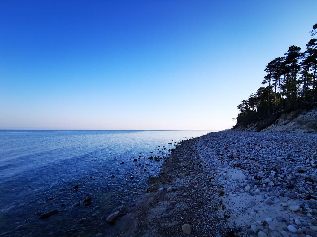 Härligt att komma runt kröken och se att stranden fortsatte in i nästa vik - och förbi