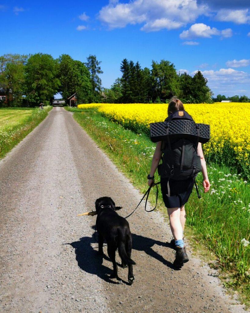 Wilma och jag längs grusvägen