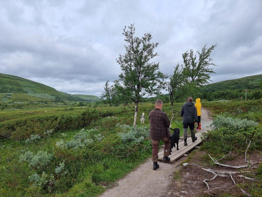 Hela familjen ute på kort vandring mot Andersborgs Våffelstuga