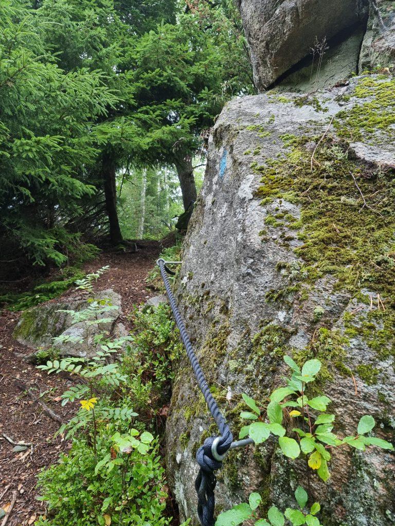 Vd några korta brantare partier av Orust Tvärs finns rep för att underlätta för oss vandrare