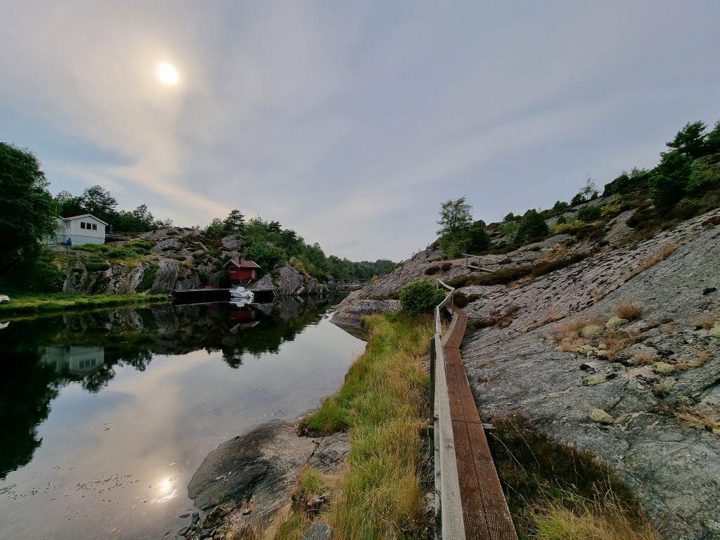 Utsikten efter att ha gått över en bro vid ett berg, Flatön