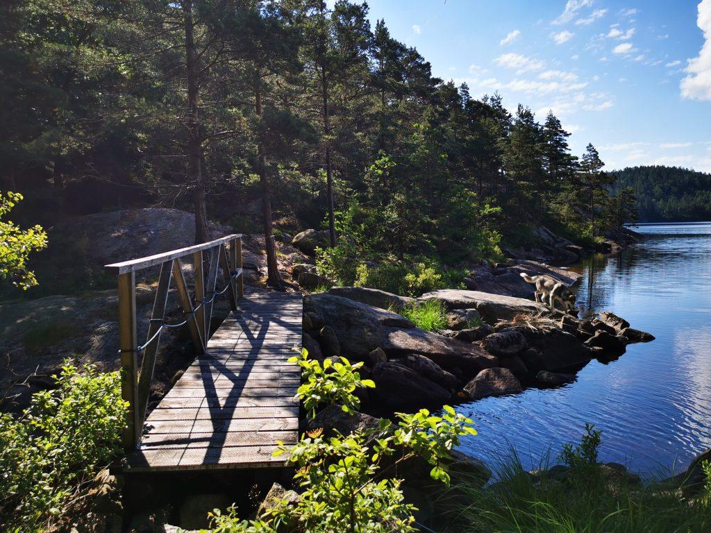 Vacker bro vid sjön Store Väktor