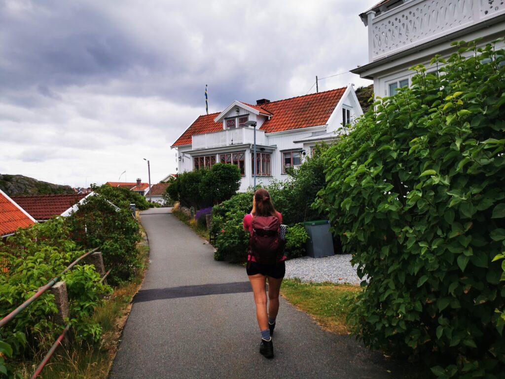 Inne i det lilla samhället på Härön, en bit från färjeläget