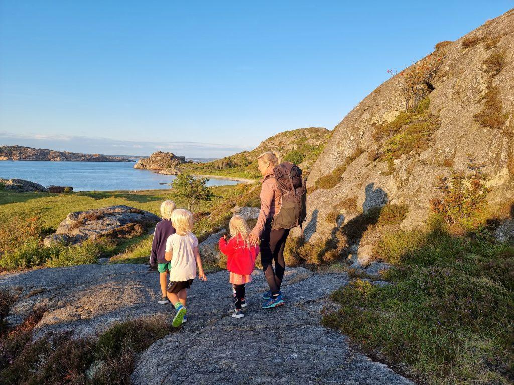 Min ena syster och hennes tre barn - på väg på upptäcksfärd i världens största och bästa lekpark - naturen