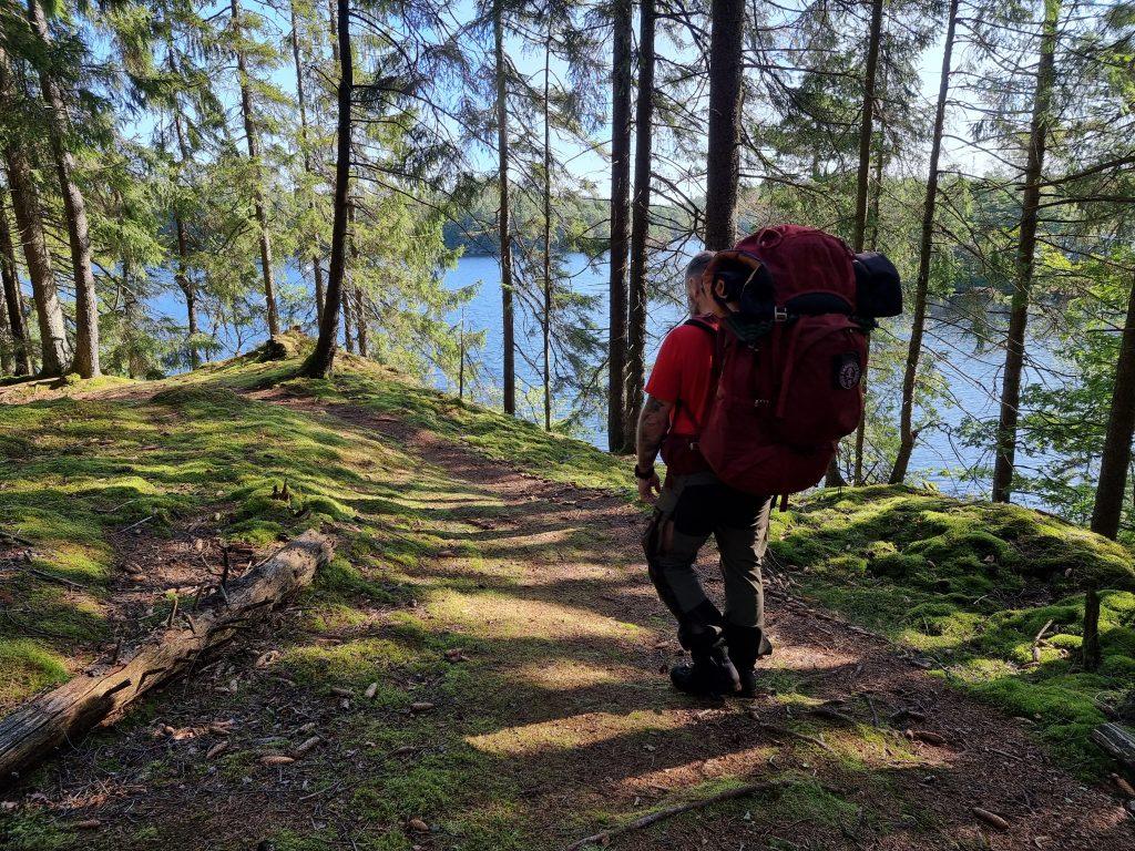 Runt hela Gårdsjön går en stig i kuperad terräng