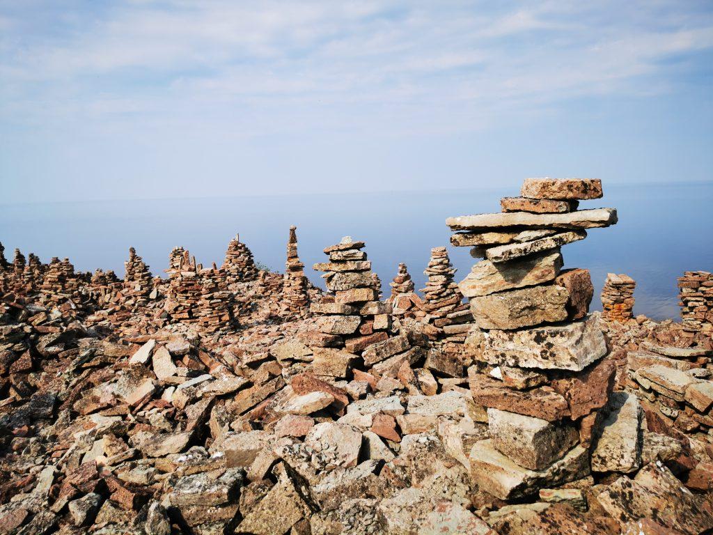 En del av stentornen längs stenkusten