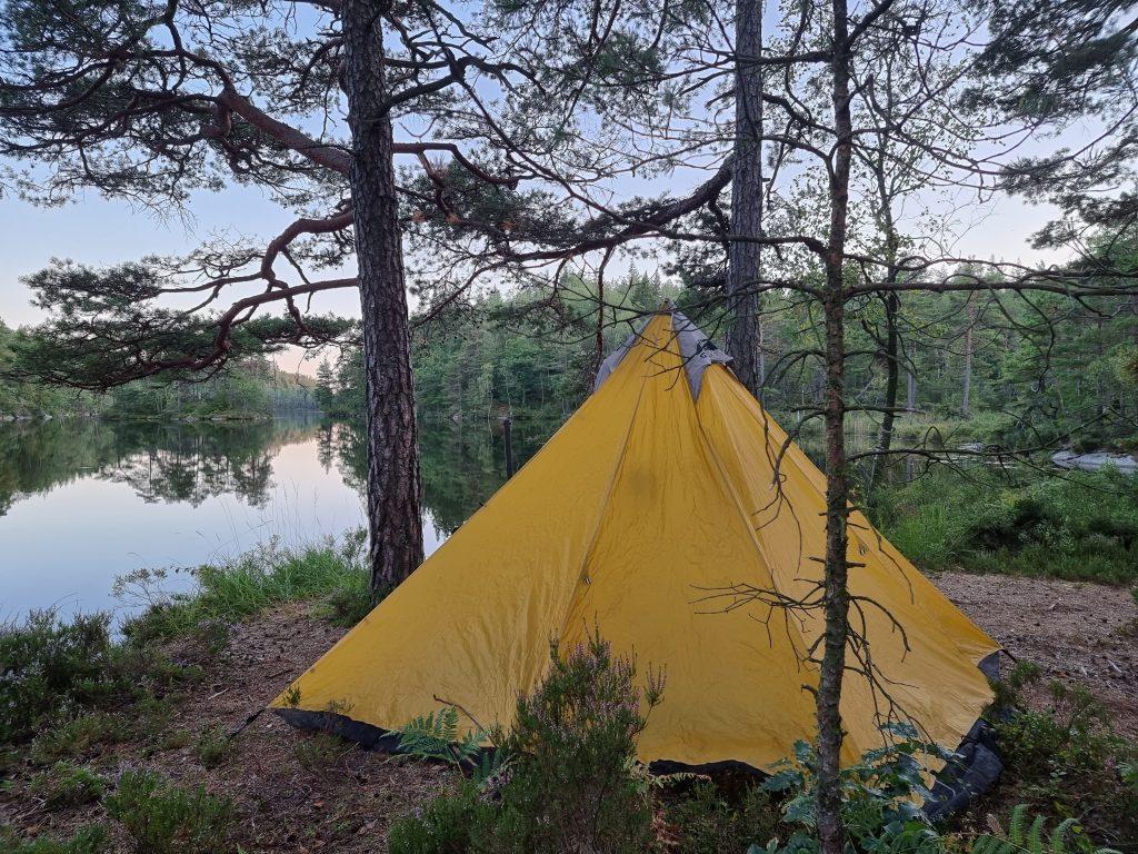 Det fanns, tack och lov, plats för oss att slå upp tältet vid Lysevattnet
