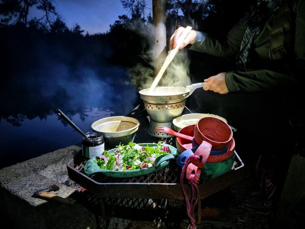 Middagen tillagade vi på stormköket i pannlampans sken strax utanför tältet bredvid sjön Lysevattnet