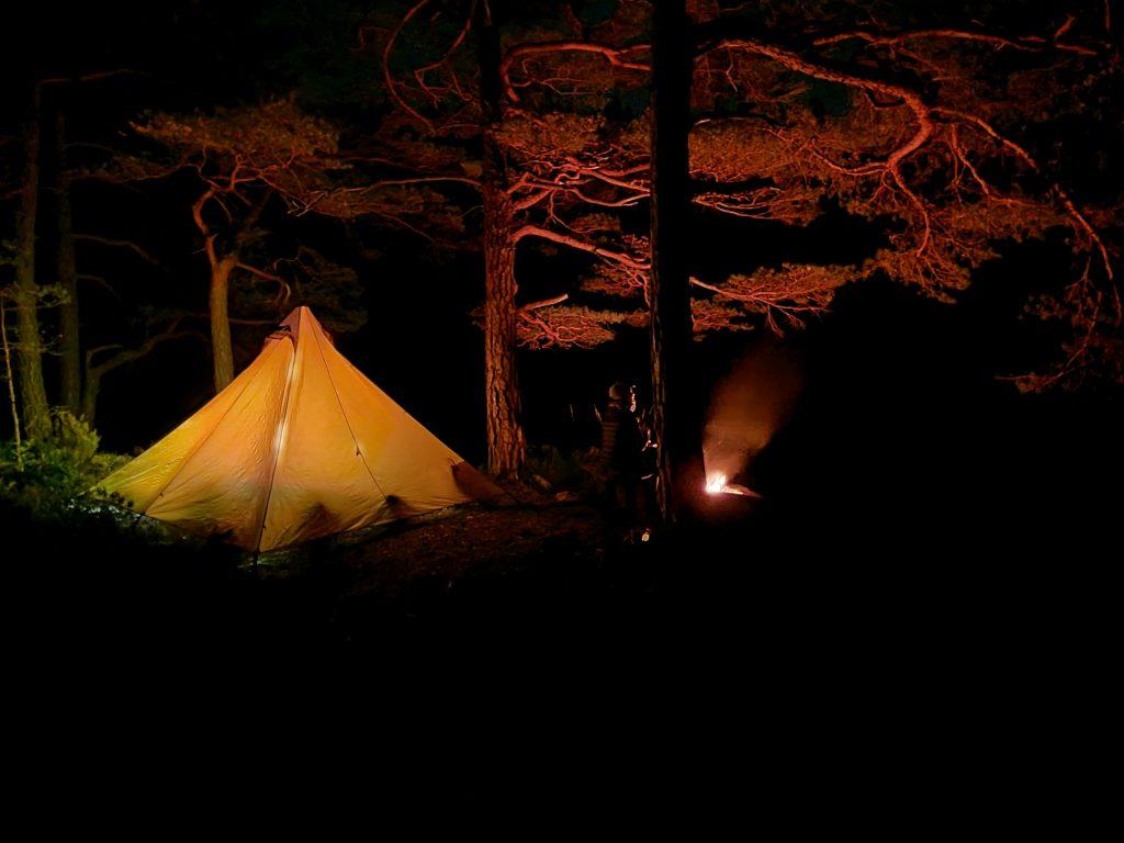 Tältet och brasan vid Lysevattnet