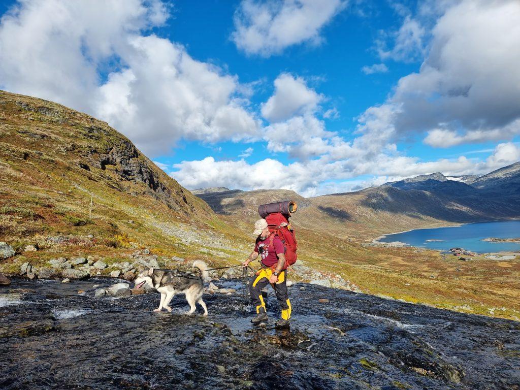 Mitt härliga sällskap på denna tur: Min sambo Lars och vår ena hund Balder (Fondsbu där nere i dalen)