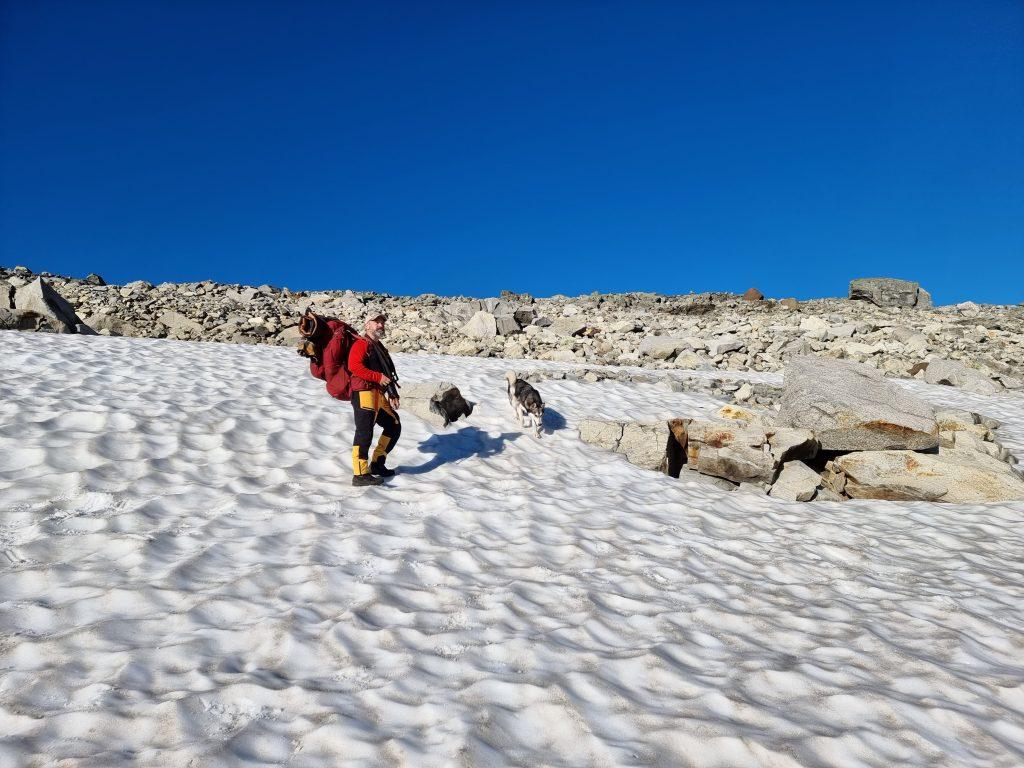 För killarna gick det lättare att ta sig fram över snön/isen på väg mot Koldedalsvatnet