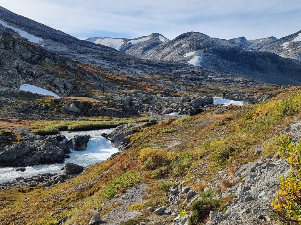 De är betydligt större än de ser ut de här vattenfallen strax nedanför Koldedøla