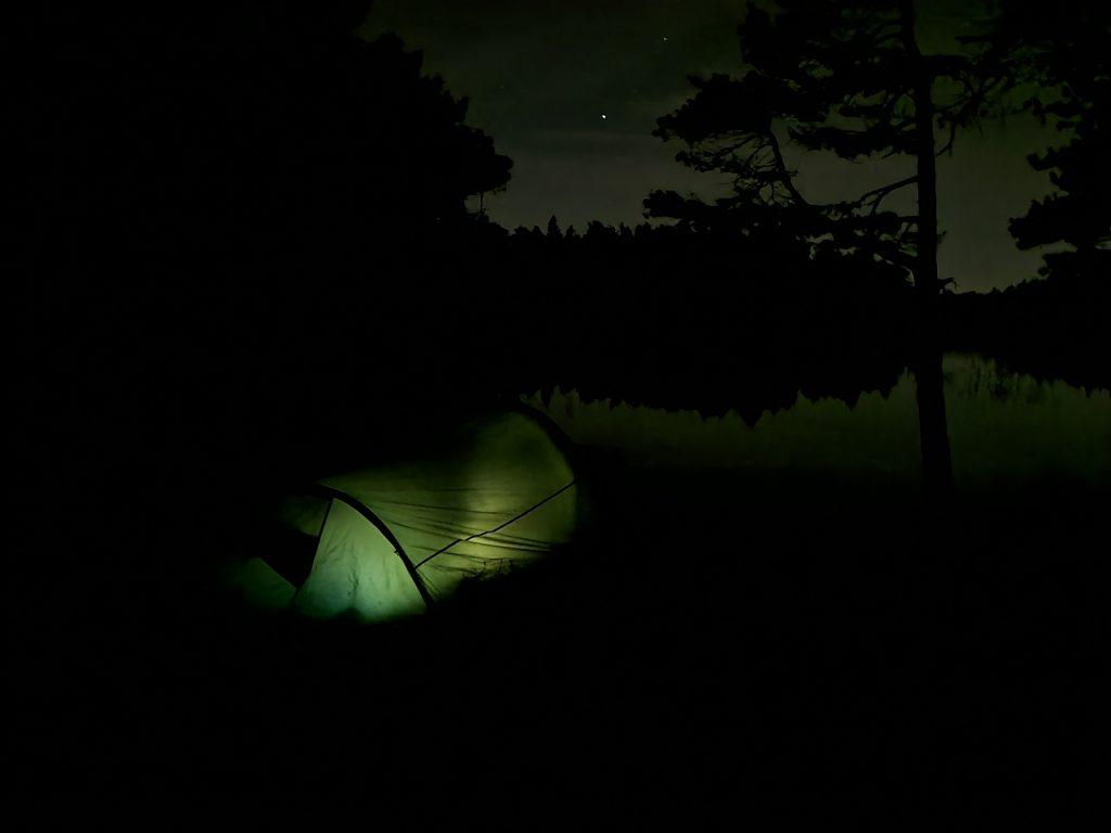 Det var inte lika lätt att slå upp tältet i mörker - men det gick