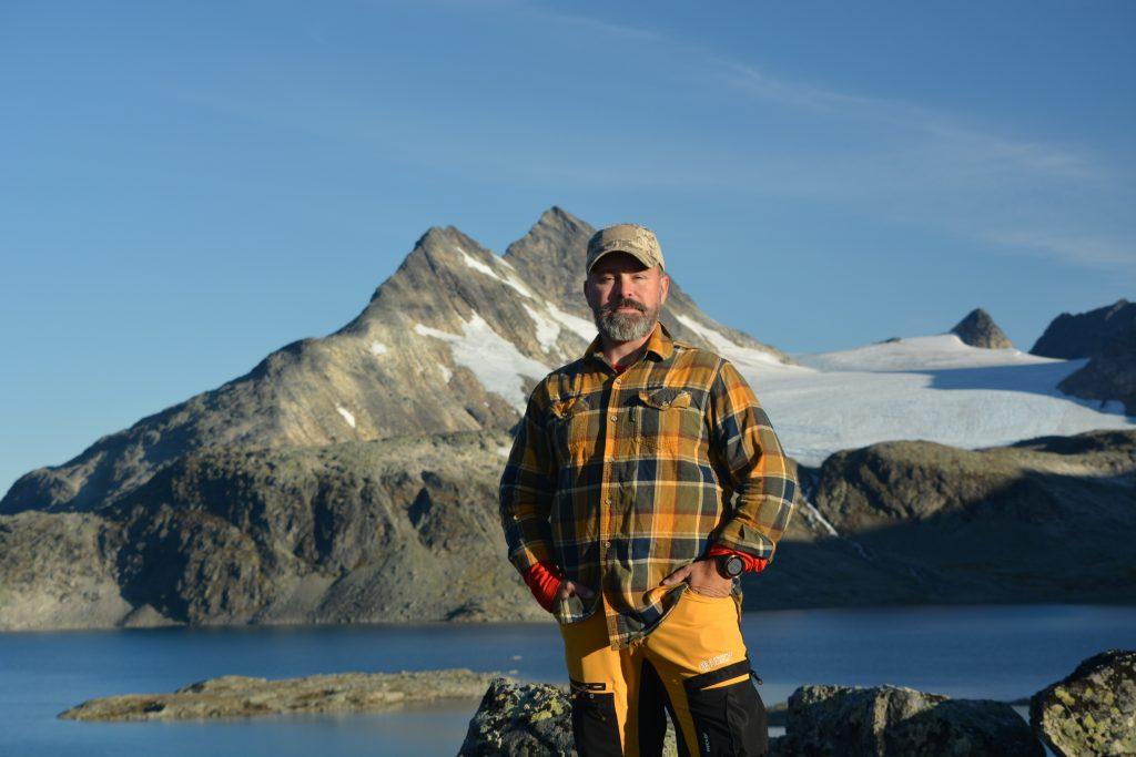 Lars framför Uranostinden där han skulle gått upp - och glaciären