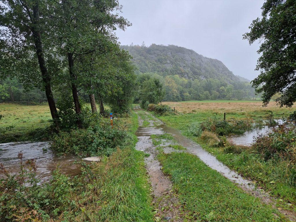 Översvämmad å rinner över pilgrimsleden (men vi hade ändå inte dåligt väder)