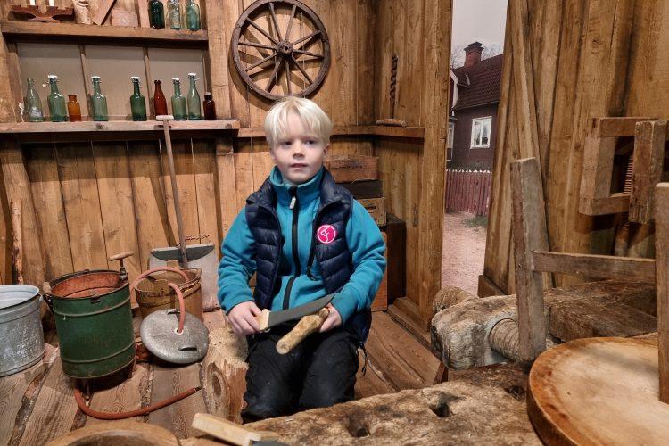 En av mina systersöner prövar snickarboa hos Filmbyn Småland