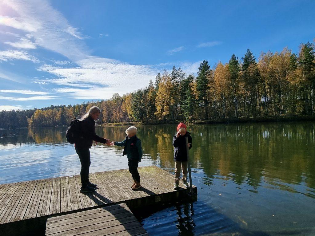 Genialiskt av Filmbyn att ge barnen ett uppdrag - i det här fallet att testa vilken sjö som har klarast vatten