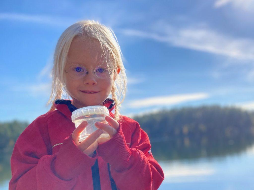 Vi tar vattenprover för att se vilken sjö som har klarast vatten i Mariannelund